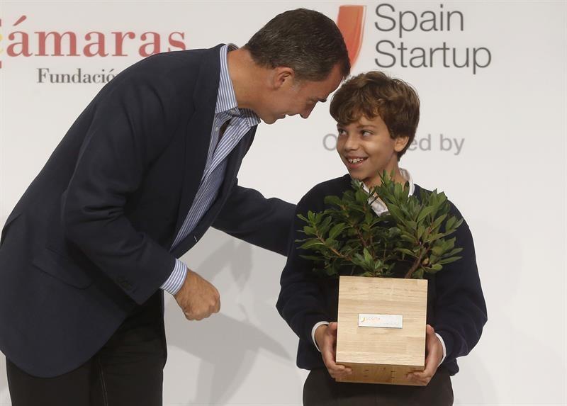 Don Felipe felicita a Nicolás Mora